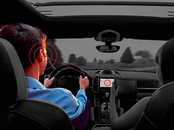 música sin auriculares en el coche