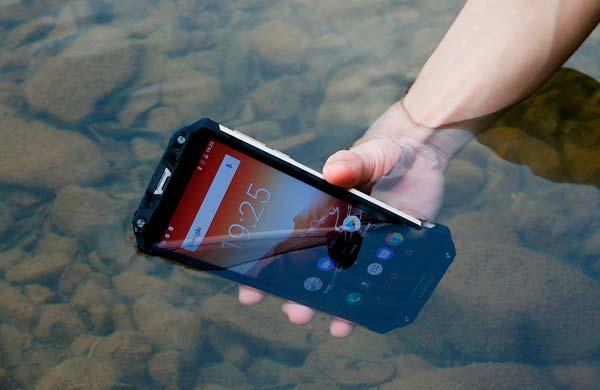 oukitel wp2 en el agua, portada