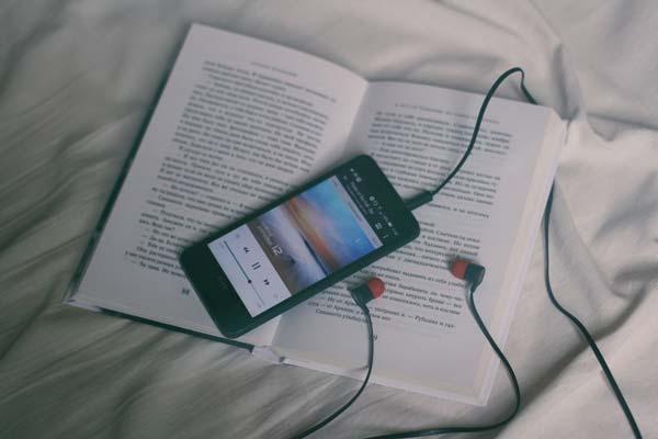 aplicaciones para descargar musica en iphone, escuchando musica con auriculares