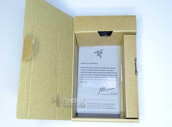 folletos y accesorios en caja de Razer DeathAdder V2 Pro